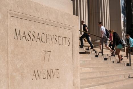 Graduado en ingeniería del MIT, los programas de negocios están altamente calificados por U.S.News para 2021